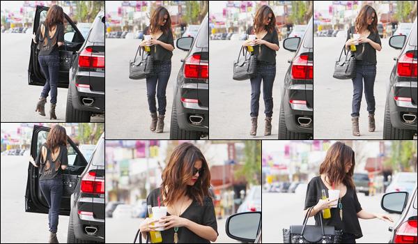 26/01/14 - Selena Gomez a été photographiée, montant, dans sa voiture, boisson à la main, à Los Angeles.C'est les lunettes sur le nez que nous retrouvons la belle chanteuse ! Concernant sa tenue, je ne suis pas fan de son pantalon mais la tenue est jolie.