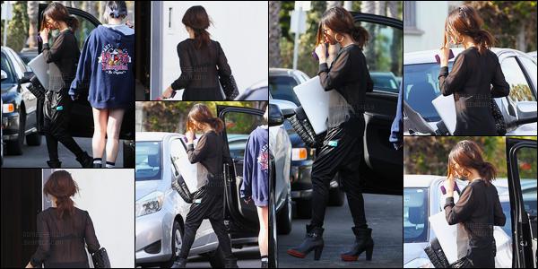 27/01/14 - Selena Gomez a été aperçue, alors, qu'elle arrivait à un studio d'enregistrement à Santa Monica.Nous avons peu de photos et nous voyons mal Selena. Concernant sa tenue c'est assez sombre, comme d'habitude ces derniers jours. Mais c'est top