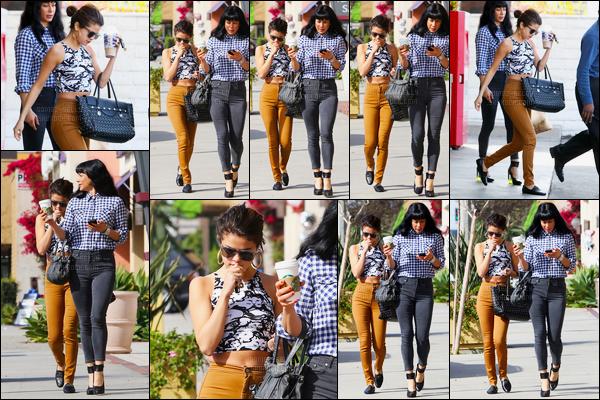 28/01/14 - Selena Gomez a été photographiée, alors, qu'elle quittait le magasin 7-Eleven dans Los Angeles.Concernant la tenue de Selena, c'est un top de ma part. J'aime beaucoup son pantalon ainsi que son tee shirt... La coiffure reste simple mais jolie !