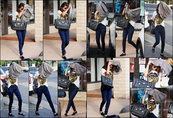 28.01.2014 ─ Selena Gomez a été photographiée alors qu'elle quittait le salon de bronzage, étant à Los Angeles.Selena G. a cette fois changer de tenue, en plus décontractée. La belle ne souhaiter apparemment pas voir les paparazzi puisqu'elle se cacher... Un top !