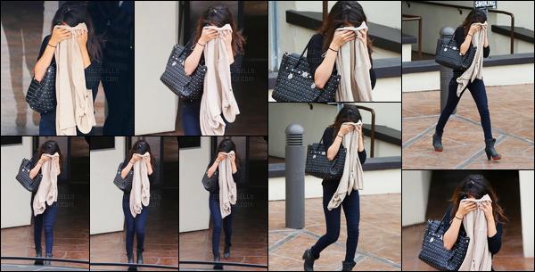 30.01.2014 ─ Selena Gomez a été photographiée, alors, qu'elle quittait un cabinet médical, étant, à Los Angeles.Et bien décidément, Selena G. n'est pas d'humeur à montrer sa tête aux paparazzi en ce moment ! Concernant sa tenue c'est un top de ma part, vous ?