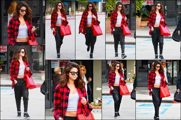 07/02/14 - Selena Gomez a été photographiée alors qu'elle quittait un studio de danse, étant dans Tarzana.C'est accompagnée de ses amies que la belle a été vue. Concernant sa tenue, j'adore sa chemise, c'est un beau top de ma part pour sa tenue avis?