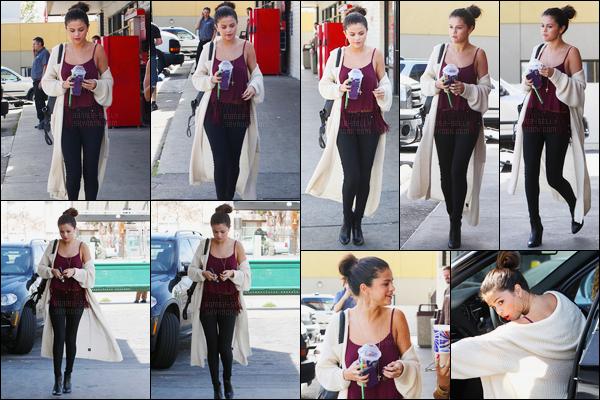 12/02/14 - Selena Gomez a été photographiée, alors, qu'elle s'est arrêtée au 7-Eleven, étant à Los Angeles.Sel avait l'air fatigué sur ce candids.. Elle était en compagnie d'une de ses anciennes danseuses, Aja DePaolo. Sa tenue est un top pour moi, avis ?
