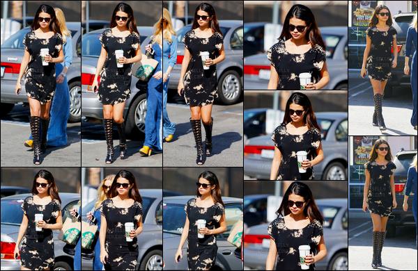 19/02/14 - Selena Gomez a été photographiée, alors, qu'elle quittait un Starbucks, qui était, à Los Angeles.Selena était à Londres pour passer une audition. Elle été accompagnée d'une de ses amie. Concernant sa tenue est un top de ma part, vous, avis ?