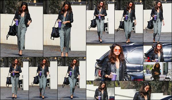 20.02.2014 ─ Selena Gomez a été photographiée, alors, qu'elle quittait une réunion d'affaire, dans Los Angeles.Selena G. nous prépare donc apparemment un nouveau projet, sûrement suite à son audition à Londres. Concernant sa tenue c'est un top de ma part !