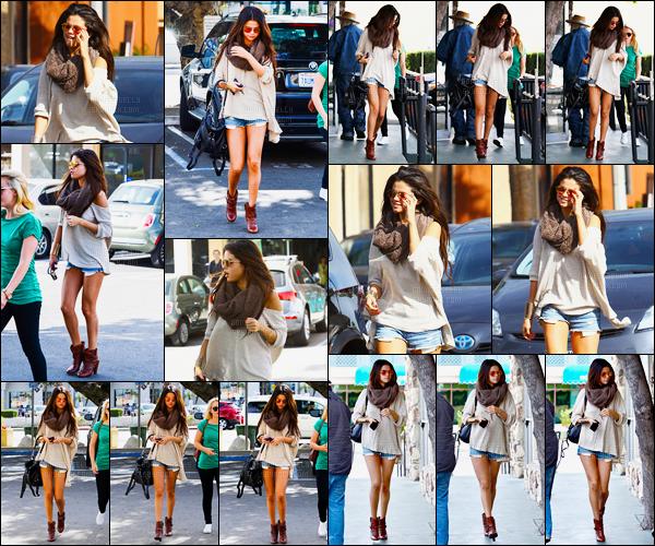 22/02/14 - Selena Gomez a été photographiée alors qu'elle arrivait au restaurant Little Cafe, à Los Angeles.Notre belle chanteuse a ensuite été photographiée arrivant au salon de manucure. Concernant sa tenue, c'est un gros top de ma part, et vous avis?