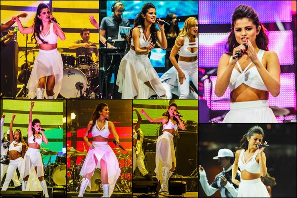 09.03.2014 ─ Selena Gomez a donner cinquante-huitième concert du Stars Dance Tour dans Houston, au Texas.Comme d'habitude, Selena G. a posée avec ces fans lors du Meet & Great, je ne mettrai pas les photos puisqu'elles sont pas HQ. Selena G. est adorable !