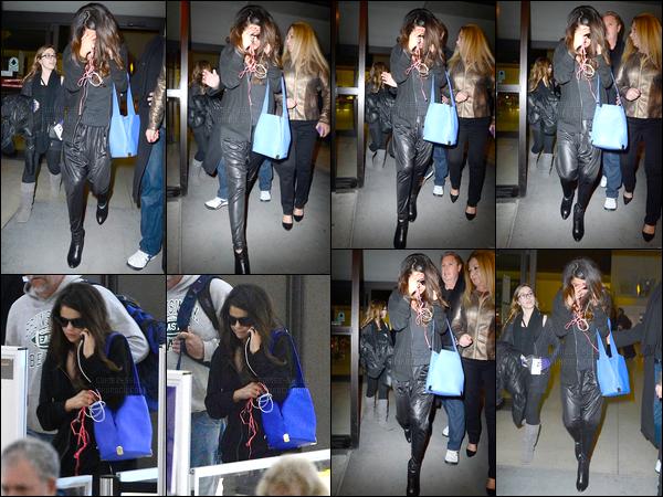 10.03.2014 ─ Selena Gomez a été photographiée alors qu'elle arrivait à l'aéroport de JFK, étant, à New-York City.Notre belle chanteuse Selena s'est envolée pour la ville qui ne dort jamais, pour réalisée un nouveau photoshoot de la nouvelle collection de Adidas NEO.