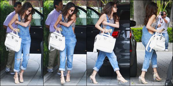 22.03.2014 ─ Selena Gomez a été photographiée arrivant puis quittant le « Sunset Tower Hotel », à Los Angeles.Apparemment Selena G. se rendait à une réunion par la suite, ce qui expliquerait son changement de tenue. J'aime beaucoup la première pour ma part.