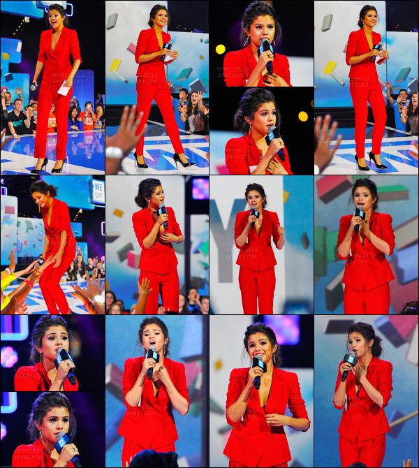 26/03/14 - Selena Gomez était présente lors du « We Day » qui se déroulait, cette fois-ci, dans Los Angeles.Comme prévue, Selena était présente à la fondation américaine. Concernant sa tenue, c'est un beau top que la belle nous a fait tout en rouge, avis?