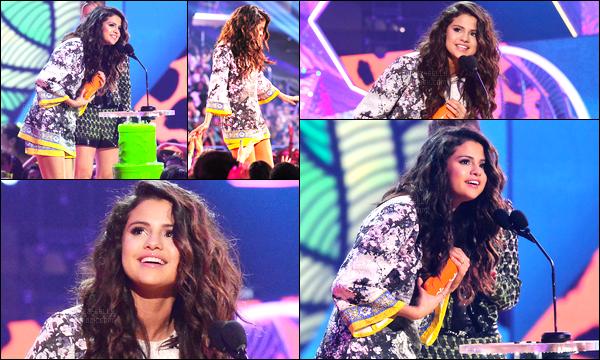 29/03/14 - Selena Gomez était présente à la cérémonie des Kids Choice Awards qui était dans Los Angeles.La belle n'est pas passé par le tapis rouge... Selena a posé avec de nombreuse stars présente et a remporté son prix : Chanteuse favorite. C'est top !