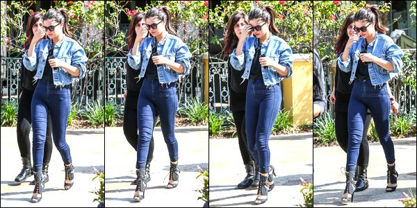 21.04.2014 ─ Selena Gomez a été aperçue alors qu'elle se rendait au complexe The Commons étant à Calabasas.Accompagnée de ses nouveaux manager la brunette Sel a ensuite été photographiée se rendant au Marmelade Cafe à Calabasas. Sa tenue c'est un top.