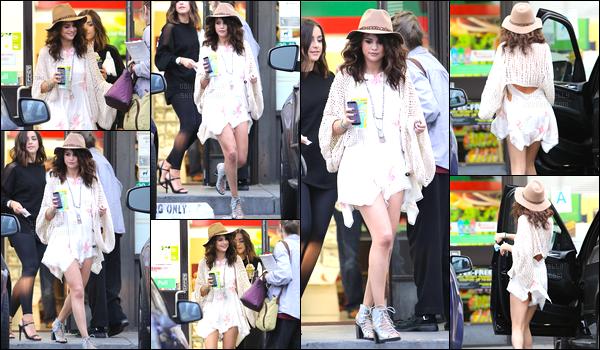 25.04.2014 ─ Selena Gomez a été aperçue, alors, qu'elle arrivait à un studio d'enregistrement dans Los Angeles.Puis dans la même journée, Selena Gomez a été vue quittant un convenience store... Je crois que Selena a oubliée sa culotte. C'est un top quand même