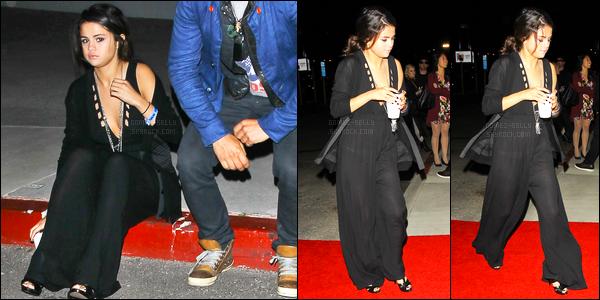 26.04.2014 ─ Selena Gomez a été photographiée, alors, qu'elle arrivait au Chelsea Handler Show, à Los Angeles.La belle Sel ne s'arrête plus en ce moment et enchaîne les sorties ! Cette fois-ci c'est en compagnie de Orlando Bloom. Concernant sa tenue c'est un top.