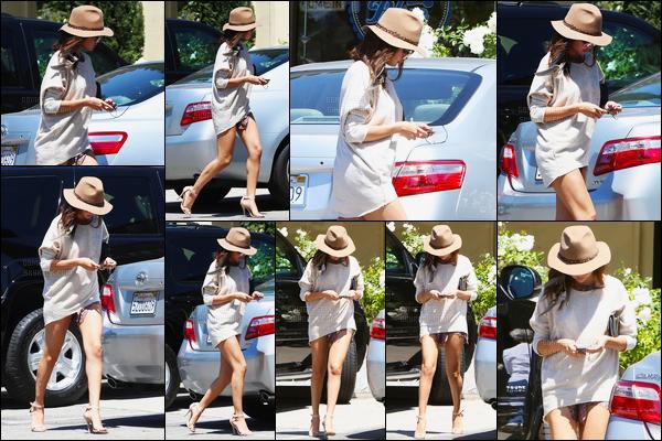 29.04.2014 ─ Selena Gomez a été photographiée pendant qu'elle allait déjeuner à Woodland Hills, à Los Angeles.Concernant sa tenue je ne sais pas quoi en dire à part que c'est très court. Puisqu'on ne vois pas énormément sa tenue. Mais c'est un petit top pour moi.