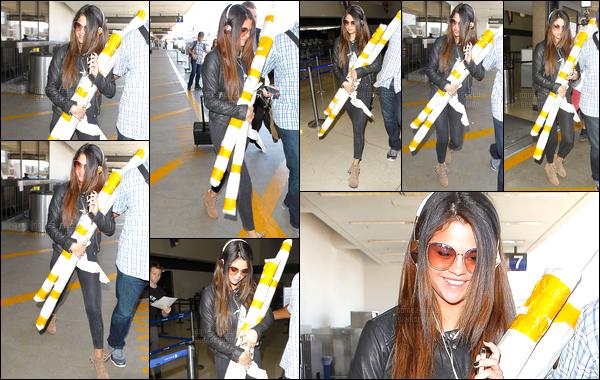 13/05/14 - Selena Gomez a été photographiée alors qu'elle quittait son hôtel, dans la ville de New-York City.Après quelques jours passé à New-York, elle est rentrée à LA puisqu'elle sera vue quelques heures plus tard à l'aéroport de LAX. Sa tenue est top...