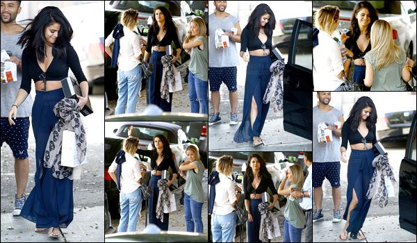 10/06/14 - Selena Gomez a été photographiée, pendant, qu'elle quittait le Nine Zero One, dans Los Angeles.Après un mois sans nouvelle, la belle repointe son nez !  Deux jours après, Selena a été vue se dirigeant pour l'anniversaire de sa petite soeur à LA.