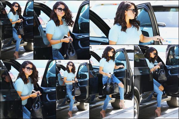 16/06/14 - Selena Gomez a été photographiée alors qu'elle se rendait à un centre commercial à Studio City.On peut dire que Selena Gomez est réellement parfaite sur ces photos ! Concernant sa tenue, c'est un très beau top de ma part. Et vous, vos avis ?