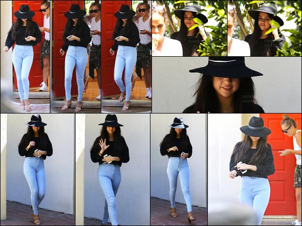 30/06/14 - Selena Gomez a été photographiée alors qu'elle quittait le domicile de sa styliste, à Los Angeles.La belle refait son apparition en quittant la maison de Basia Richard. Concernant sa tenue, je n'ai rien à dire, sa tenue est parfaite j'adore totalement