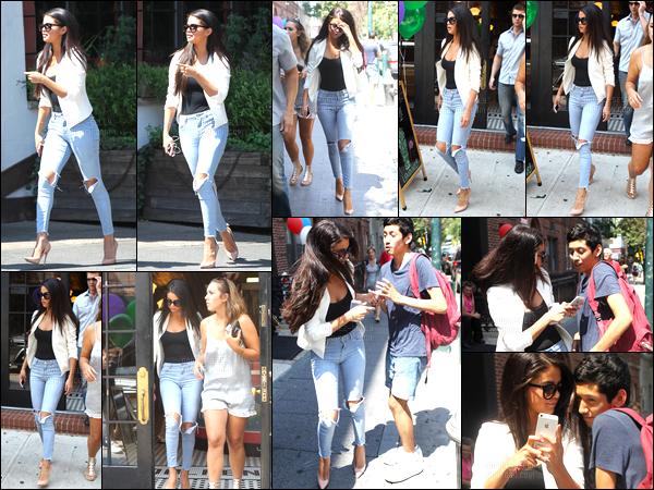 09/07/14 - Selena Gomez a été photographiée alors qu'elle quittait le restaurant Bedford, étant à New-York.Plus tard dans la journée, la belle a été vue quittant Allswell à Brooklyn. Concernant la tenue, un soutien gorge n'aurait pas été de refus pour Selly.