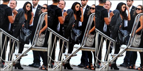 16/07/14 - Selena Gomez a été photographiée, alors, qu'elle arrivait, sur l'île Ischia, qui se trouve, en Italie.Selena G. se rend en Italie puisqu'elle doit se rendre au « Ischia Global Film and Music Festival »... Sa tenue est assez jolie je trouve, c'est un top !