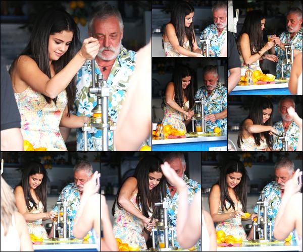 19/07/14 - Selena Gomez a été photographiée, alors, qu'elle visitait la belle ville de  Ischia, qui est en Italie.Après s'être arrêtée à un kiosque, Selena a aussi visiter l'église de la ville. Elle est vraiment adorable et sa tenue est superbe, j'adore ! Un gros top !