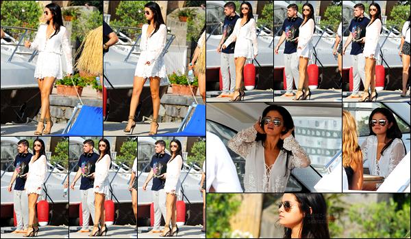20/07/14 - Selena Gomez a été photographiée, alors, qu'elle quittait le Della Regina Isabella à Ischia, Italie.Apparemment Selena Gomez aurait quittée l'Italie avec ses proches, la promotion serait donc terminée. Concernant sa tenue, c'est un très beau top !