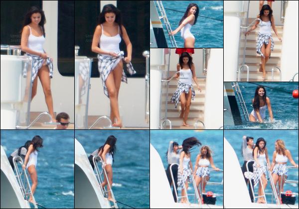 20.07.2014 ─ Selena Gomez a été photographiée, alors, qu'elle était sur un yacht étant dans St Tropez en France.Selena Gomez était en compagnie de ses amies dont la mannequin Anglaise Cara Delevingne. Concernant sa tenue rien d'exceptionnel c'est un petit top.