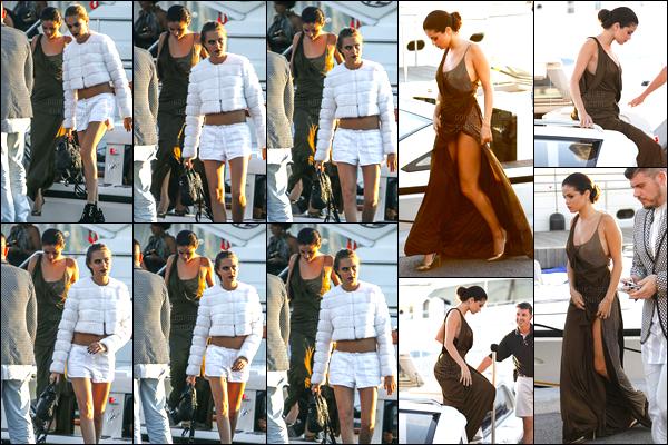 23/07/14 - Selena Gomez a été photographiée alors qu'elle quittait le yatch avec Cara étant dans St Tropez.Les deux amies se rendaient au gala de la fondation de Leonardo DiCaprio. Concernant la tenue de la belle brunette c'est donc un top, quant à Cara.