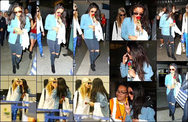24.07.2014 ─ Selena Gomez a été photographiée, alors, qu'elle arrivait à l'aéroport de LAX, étant, à Los Angeles.Selena a donc quittée l'Europe pour rentrer chez elle. Les deux amies ne se lâchent donc plus ! Finis les vacances et les soirées à St Tropez. C'est un top.