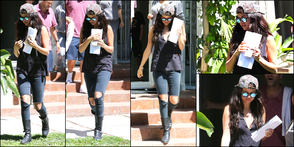 26/07/14 - Selena Gomez a été photographiée, alors, qu'elle quittait le Quality Cafe étant dans Los Angeles.C'est en compagnie d'une amie qu'elle a été photographiée. Concernant sa tenue, c'est un top que j'accorde à la belle qui aurait pu mettre un soutif.