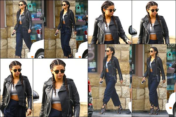 02.08.2014 ─ Selena Gomez a été photographiée alors qu'elle quittait un dépanneur étant dans Los Angeles, CA.J'ai un gros coup de coeur pour sa coiffure personnellement mais je n'aime pas trop sa tenue pour ma part. C'est pas flop mais un bof. Et vous, vos avis ?