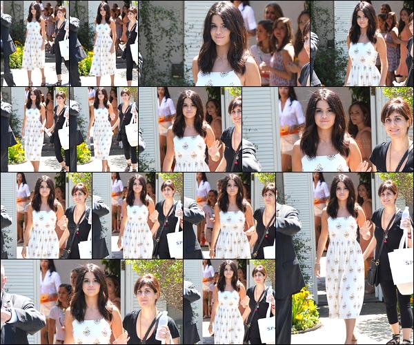 10.08.2014 ─ Selena Gomez a été photographiée pendant qu'elle quittait une fête privée, étant, dans Brentwood.Lors de cette petite fête la belle brunette SG a retrouvée quelques célébrités tel que Lea Michele de la série Glee. Concernant sa tenue c'est un gros top !