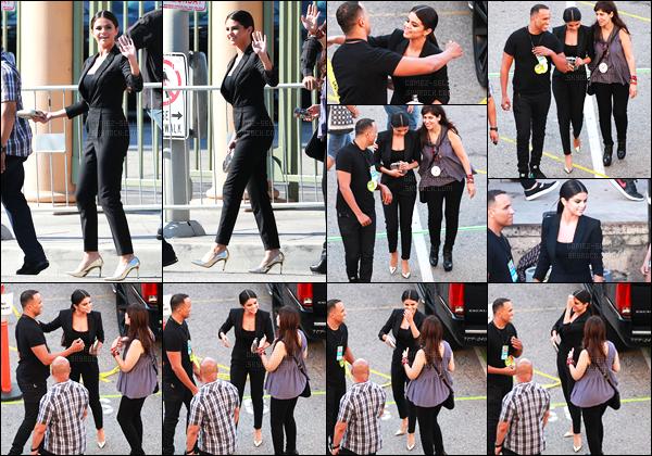 10.08.2014 ─ Selena Gomez a été photographiée arrivant à la cérémonie des Teen Choice Awards à Los Angeles.La cérémonie se déroulait au The Shrine Auditorium. Pour cette année on peut voir que Selena Gomez n'a pas misée sur une belle robe mais une combi !