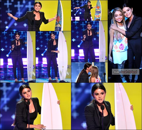 10/08/14 - Selena Gomez était présente, lors, de la 16e édition, des Teen Choice Awards, dans Los Angeles.Elle a reçu les prix suivant : « Ultimate Choice Award » et « Choice Female Hottie ». Concernant sa tenue, ça change, c'est très jolie ! C'est un top.