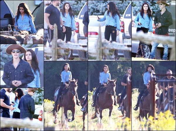 28.08.2014 ─ Selena Gomez a été photographiée, alors, qu'elle faisait du cheval, étant, dans Toronto au Canada.Je les trouve plutôt bien complice les deux tourtereaux, c'est assez mignon je dois bien l'avouer. Concernant sa tenue, j'aime bien c'est un top pour moi !