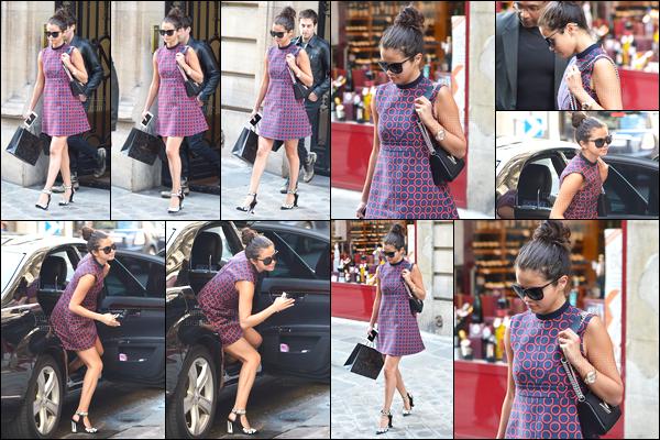 30/09/14 - Selena Gomez a été photographiée, alors, qu'elle faisait du shopping, dans les rues, dans Paris.Après quelques jours sans nouvelle de Selena, nous la retrouvons en Europe dans une très jolie robe. J'en suis complétement fan, c'est un gros top