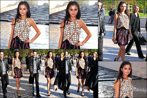 01.10.2014 ─ Selena Gomez était présente au défilé de « Louis Vuitton » à la Fashion Week, étant, dans Paris, FR.Selena enchaîne les sorties en ce moment. Et nous accordent que des tops au niveaux de ses tenues. Je suis complétement fan personnellement, vous ?