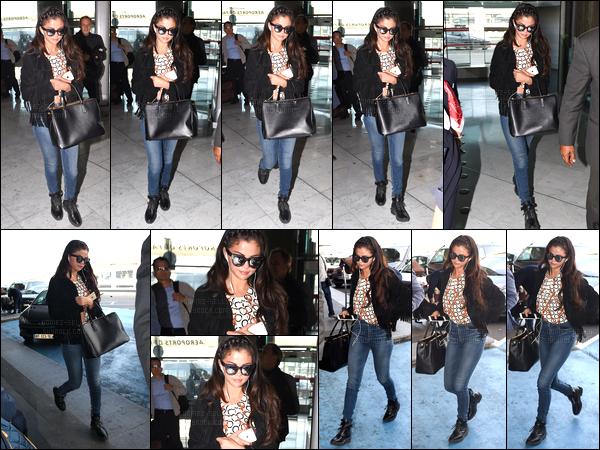 01.10.2014 ─ Selena Gomez a été photographiée, alors, qu'elle arrivait à l'aéroport Charles de Gaulle, dans Paris.Quelques heures après avoir quittée la capitale de la France, Selena G. a été photographiée, arrivant à l'aéroport de LAX, en compagnie de Kris Jenner..