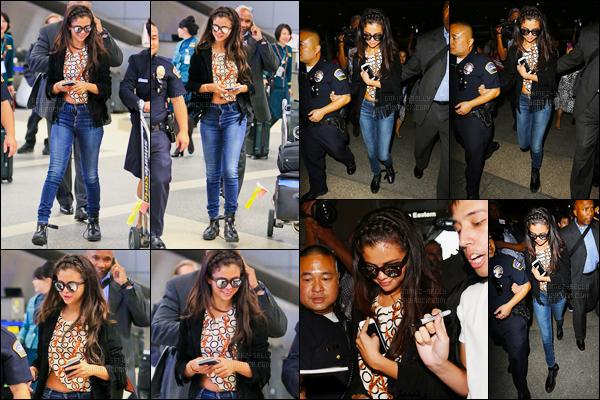 01/10/14 - Selena Gomez a été photographiée alors qu'elle arrivait à l'aéroport Charles de Gaulle dans Paris.Quelques heures après avoir quittée la capitale de la France, Selena a été photographiée arrivant à l'aéroport de LAX en compagnie de Kris Jenner..