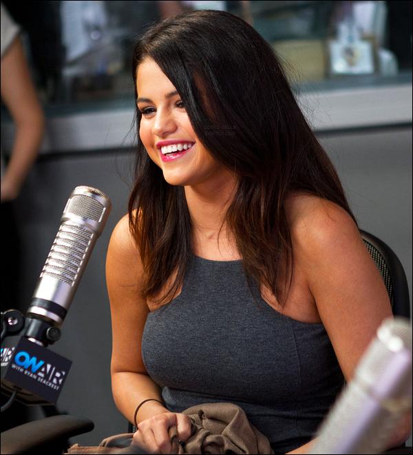 06.11.14 ─ Selena Gomez était présente à la radio On Air With Ryan Seacrest, étant dans Los Angeles, Californie.Adorable et souriante, Selena G. était magnifique lors de son passage à la radio. On ne voit pas sa tenue, je ne peut donc pas donner mon avis dessus...