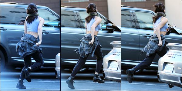 09.12.14 ─ Selena Gomez a été photographiée, alors, qu'elle se rendait à un studio de danse, dans Beverly Hills.Nous avons malheureusement peu de photo de la sortie et en plus nous voyons la belle que de dos.. Je ne peut pas donner mon avis sur la tenue..