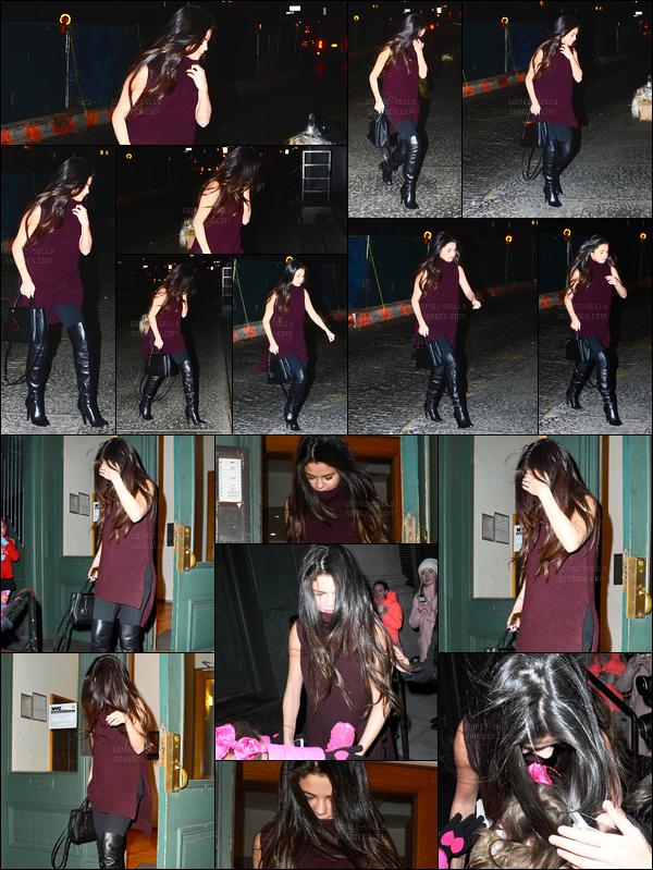 13.12.14 ─ Selena Gomez a été photographiée quittant l'appartement de Taylor Swift, étant, dans New York City.Selena Gomez s'est donc rendue à la fête du 25ième anniversaire de sa meilleure amie TS en compagnie de nombreuses célébrités... Sa tenue est bof !