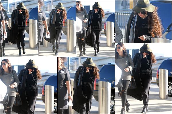 15.12.14 ─ Selena Gomez a été photographiée alors qu'elle arrivait à l'aéroport de JFK, étant, dans New York City.Selena Gomez est sans doute rentrée à Los Angeles après avoir fêtée l'anniversaire de sa BFF... Concernant la tenue, c'est un gros flop, aurait-elle froid ?