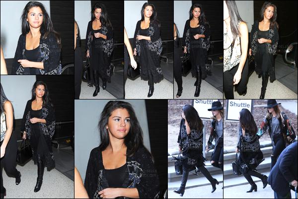 27.12.14 ─ Selena Gomez a été photographiée alors qu'elle arrivait à l'aéroport de JFK étant dans New-York City.Selena Gomez s'est envolée pour Dubaï pour fêter la nouvelle année avec sa bande d'amies dont Kendall Jenner et aussi Gigi Hadid... Un top sa tenue !