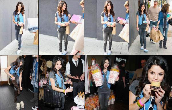09.01.08 ─ Selena Gomez a été aperçue alors qu'elle se dirigeait au silver spoon golden globe dans Los Angeles.Oui vous ne rêvez pas Selena est bel et bien en chausson dans la rue ! Concernant sa tenue, elle est plutôt simple mais pas mal du tout ! C'est top !