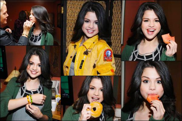 14.01.08 ─ Selena Gomez était présente lors de l'émission de « KTLA Morning Show », étant, dans Los Angeles.Elle était encore toute jeune notre belle brunette, et son côté vestimentaire aussi très simple... Mais ce n'est pas moche, je lui accorde donc un top !