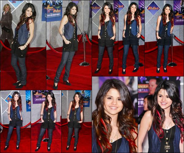 17.01.08 ─ Selena Gomez était présente à la première du concert de « Best Of Both Worlds » étant à Los Angeles.Selena G. est très mignonne sur les photos avec ces petites mèches rouge, mais sa tenue je ne l'apprécie pas énormément, c'est un flop.. Vos avis ?