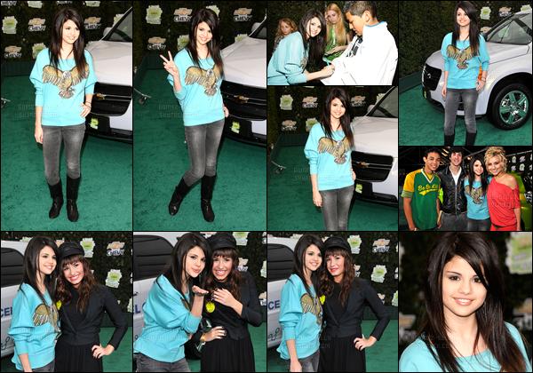 19.02.08 ─ Selena Gomez était présente à l'événement Chevy Rocks the future, avec Demi Lovato, à Los Angeles.C'est accompagnée de sa meilleure amie, et quelques autres célébrités que la belle était présente. Sa tenue est simple mais elle passe bien, un top !