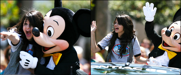 30.04.08 ─ Selena Gomez était présente lors du Disney Parade avec Mickey Mouse, dans Anaheim en Californie.Nous avons malheureusement que deux photos de la sortie mais Selena G. est très mignonne dessus, j'adore les photos... On ne voit pas sa tenue..